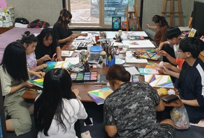 봉래아띠마을학교의 미술 수업.jpg